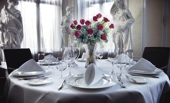 즐거운 식사를 위한 서양의 테이블 매너